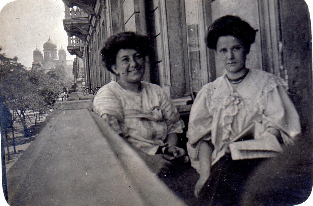 Adele à Odessa. Au loin, l'Eglise Saint Pantelemon